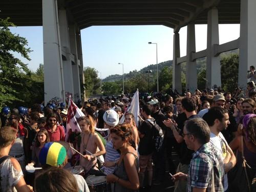 Manifestantes a caminho da Ponte 25 de Abril