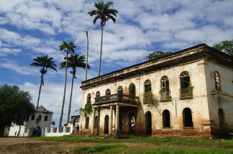 Ruínas da casa grande do Engenho Pedras e capela.