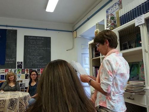 Maria Clarinda, lendo poesia