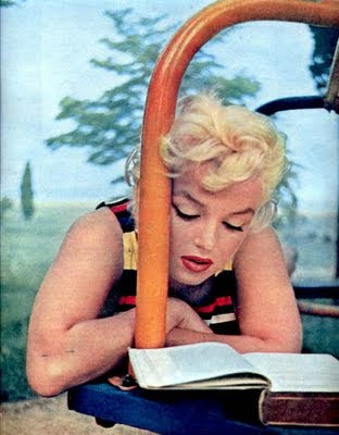 Marilyn Monroe, 1954, by Eve Arnold (reading serie