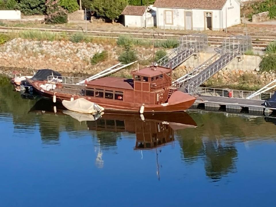 Barco Rabelo no cais da Brunhêda.jpg