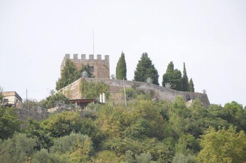 1200px-Castelo_e_Cisterna.jpg