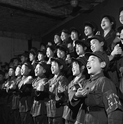 Little Red Guards singing Mao quotations, 1966 Xia