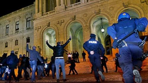 Polícias à porta do parlamento