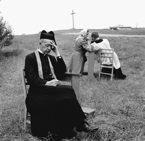 Jesuit-Pilgrims-at-the-Ma-001Jesuit priests hear c