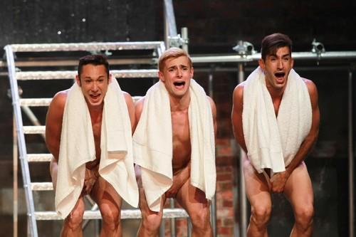 rapazes nus a cantar.jpg