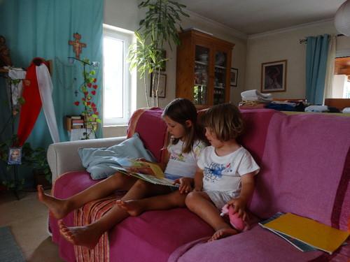 Lùcia a ler à Sara.JPG