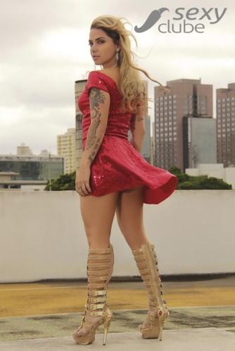 Julia Menezes 3.jpg