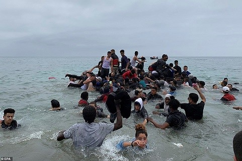 43132607-9591093-Pictured_Migrants_manage_to_grab_