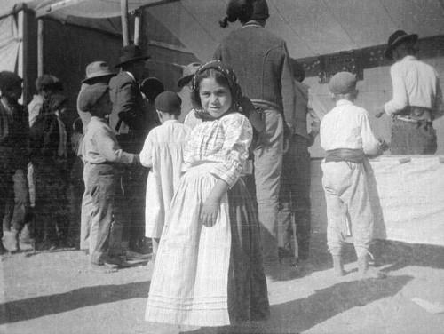 Feira de Vila Franca. Crianças à volta de uma banca de diversões, Vila Franca de Xira (Rey Colaço,  1917)