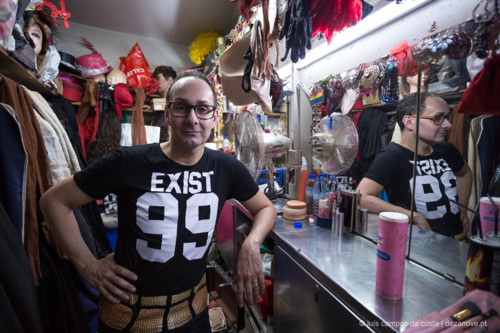 Espectáculo de Transformismo no Finalmente Club, Lisboa. Marco Ferreira é o actor que dá vida a Samantha Rox, aqui no camarim, cerca de duas horas antes do início do espectáculo, antes de iniciar a maquilhagem.