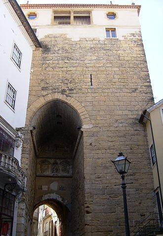 Torre de Almedina, sendo perceptíval a mutilaçã