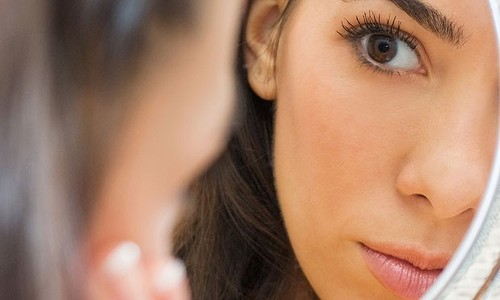 mulher-olha-rosto-espelho-pele-23157.jpg