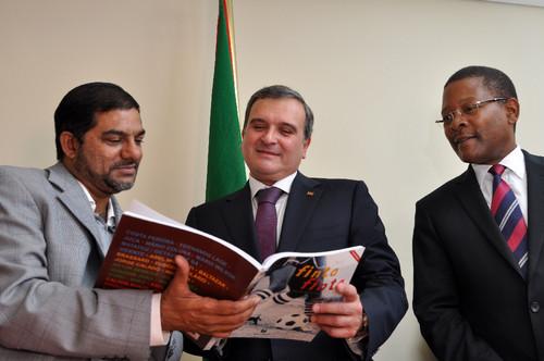 Feizal Sidat (Presidente da Federação Moçambicana de Futebol)/Miguel Relvas/Fernando Sumbana (Ministro do Desporto)