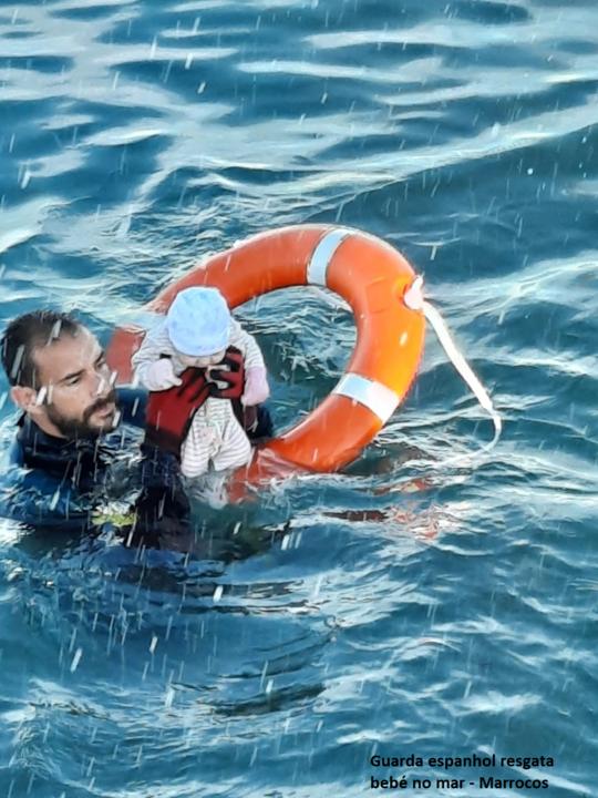 Guarda espanhol resgata bebé no mar.png