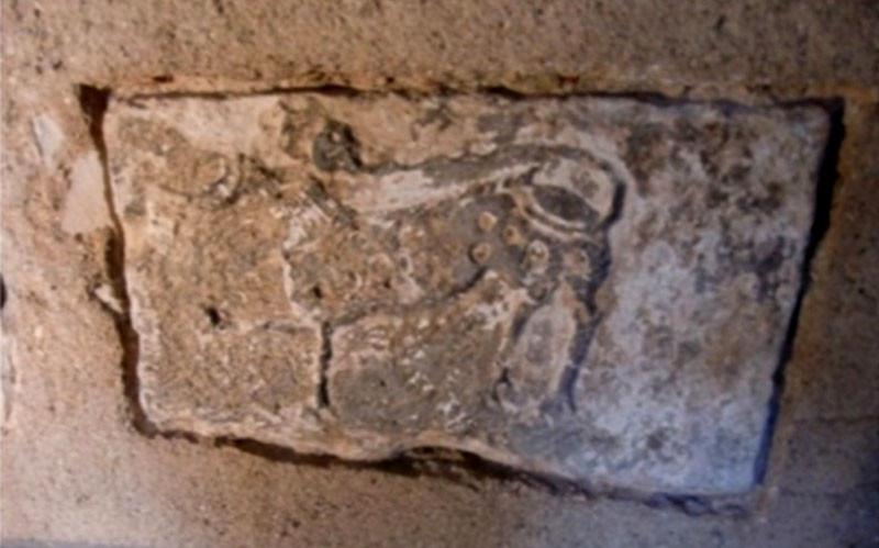 Figura 13 - Pedra com escultura de Leão passante.