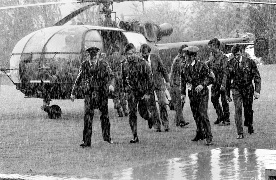 Otelo Saraiva de Carvalho desembarca de um helicó