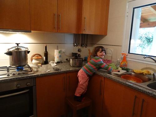 Sara na cozinha 2.JPG