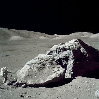 800px-Moon-apollo17-schmitt_boulder.jpg