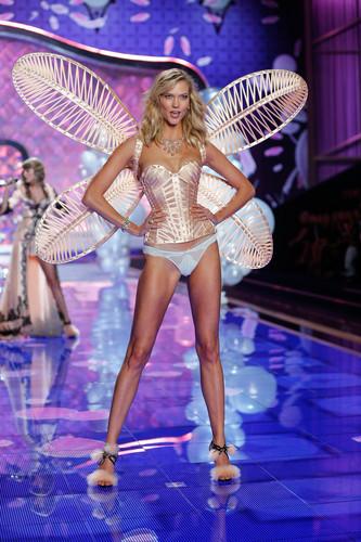 fashion-show-runway-2014-dream-girl-karlie-victori