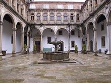 Patio de San Juan Hospital Real. in wikipedia.jpg
