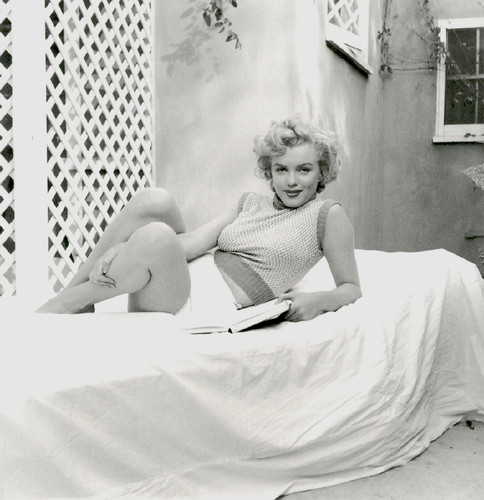 Marilyn Monroe with her books (4).jpg