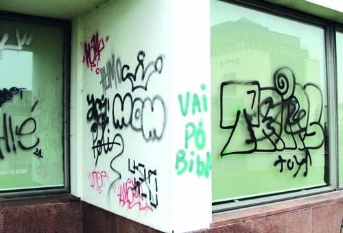 TJ-SaoJoaoMadeira-GrafitisParedeJanela.jpg