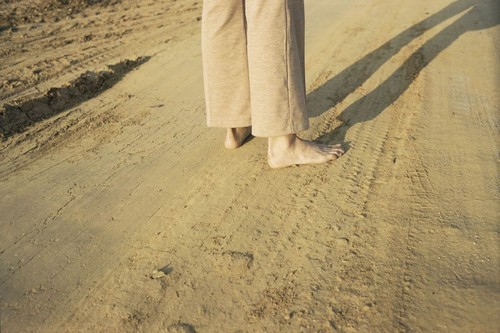 William-Eggleston-Untitled-(Feet-on-earth-road)-19