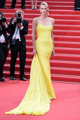 Charlize-Theron-Vogue-15May15-Getty_b_426x639.jpg