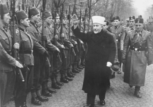 Amin_al_Husseini_bei_bosnischen_SS-Freiwilligen.jp