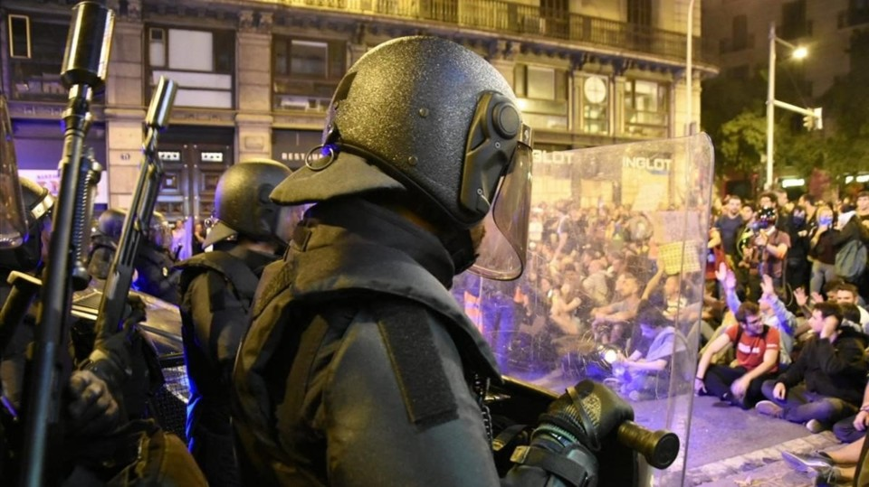 policias-ante-los-manifestantes-urquinaona-1571523