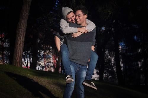 Um Estranho Por Dia casal gay.jpg