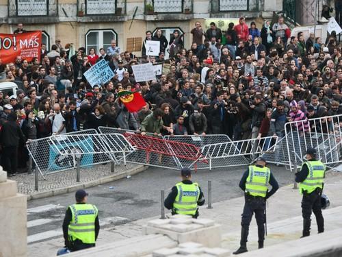 Manifestantes derrubam barricadas