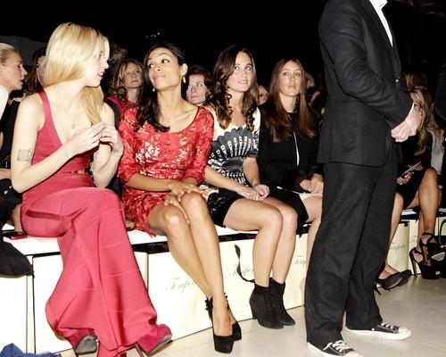 Pippa acompanha das amigas na London Fashion Week