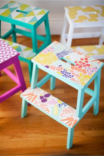 Bekvam This Little Street com DIY-wallpaper-stools