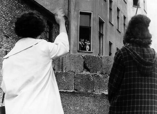 ss-091102-berlin-wall-07.ss_full.jpg