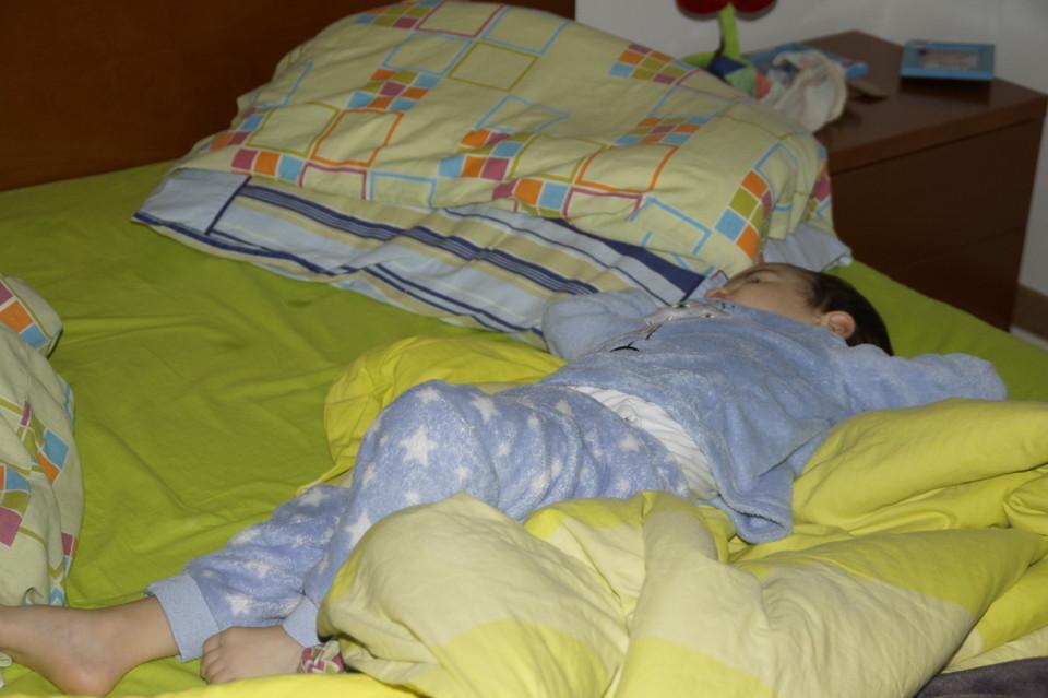 Dinis na cama dos pais 1.JPG