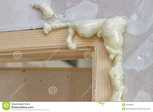 espuma-de-poliuretano-em-torno-do-quadro-de-porta-