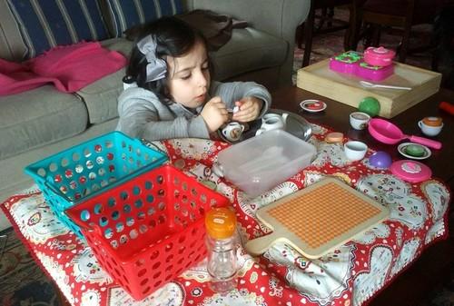 3Fev Alice a brincar às cozinhas.jpg