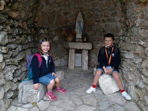David e Lúcia na gruta do colégio.JPG