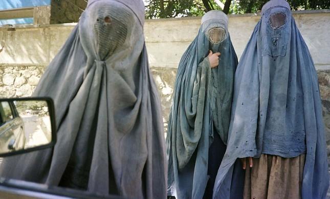 40483124_an_afghan_woman_clad_in_burqa_veil_begs_w