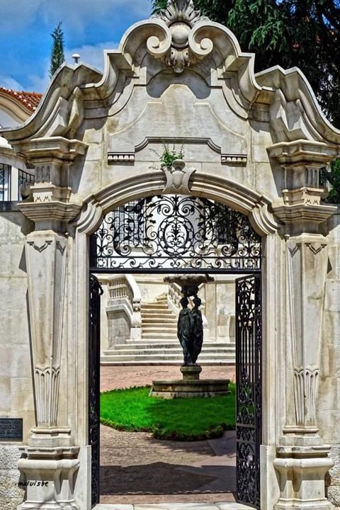 Portão da casa de habitação de Bissaia Barreto.
