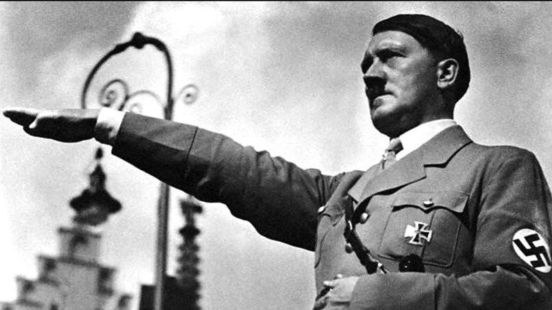 Hitler_salute_in_front_of_lamppost.jpg