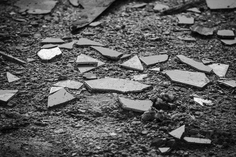 estilhaços-de-vidro-quebrado-foto-preto-e-branco-