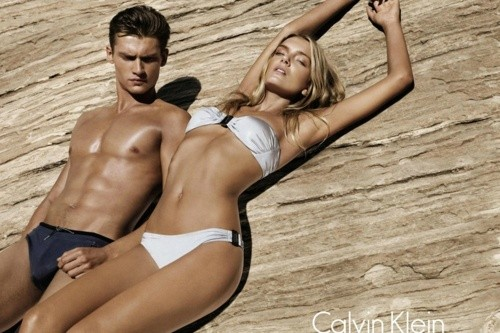 casal de bikini e fato de banho verão bronzeado