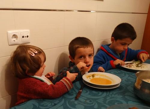 Sara ajuda António a comer 2.JPG