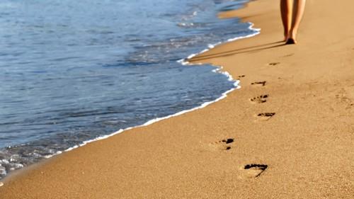 CaminharPraiaPegadasAreia.jpg