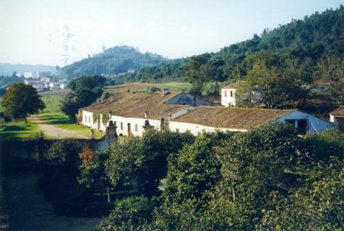 Vista parcial das instalações agrícolas e camin