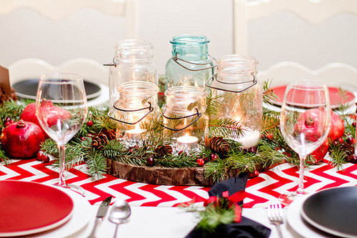 Red-and-white-Christmas-table-decor.jpg