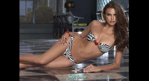 irina de bikini mostra barriga e pernas perfeitas